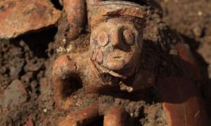 Portada - La antigua jarra de hace 3.800 años tal y como fue descubierta en el transcurso de las excavaciones previas a la construcción de un edificio de viviendas en Yehuda, Israel. Fotografía: EYECON Productions, cortesía de la Autoridad de Antigüedades de Israel.