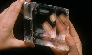 Portada-Cristal de calcita hallado en un barco Isabelino y que se cree que habría ayudado a los vikingos a orientarse en sus travesías por el Atlántico. Fotografía: The Natural History Museum