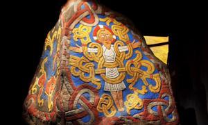 Portada - Detalle de una réplica en la que podemos observar la imagen del Cristo Trinfante de la piedra de Jelling luciendo sus vivos colores originales. (Nationalmuseet – Museo Nacional de Dinamarca/CC BY SA 2.0)