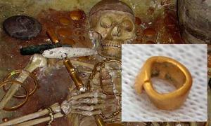 Portada - Principal: Tumba 43 – enterramiento de un hombre de elevada posición social en la necrópolis de Varna. (Imagen original). Detalle: la minúscula cuenta de oro hallada recientemente en Bulgaria. (Fotografía: Dimitar Kyosemarliev)