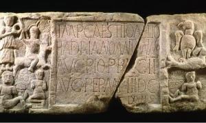 Portada - Placa de Summerston, descubierta cerca de Bearsden (Escocia). Fuente: The Antonine Wall