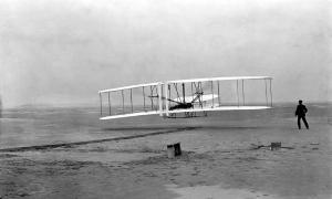 Portada-Fotografía original del primer vuelo con motor de la historia. A los mandos Orville Wright; a la derecha, su hermano Wilbur. (Fotografía: Biblioteca del Congreso de los Estados Unidos/ John T. Daniels)