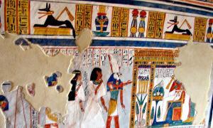 Portada-Tumba tebana TT255 de Dra Abu el-Naga perteneciente a Roy, alto funcionario de la corte que ejerció como escriba real durante el reinado de Horemheb, último faraón de la dinastía XVIII. Está decorada con pinturas de vivos colores en las que aparecen Roy y su esposa Nebtawy en presencia de diversos dioses egipcios. (Fotografía: kairoinfo4u: Horus/CC BY-SA 2.0)
