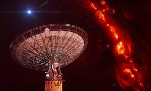 Portada - Radiotelescopio Parkes de la CSIRO y recreación artística de una ráfaga rápida de radio. (Swinburne Astronomy Productions/CAASTRO/ CSIRO/Harvard/Youtube)
