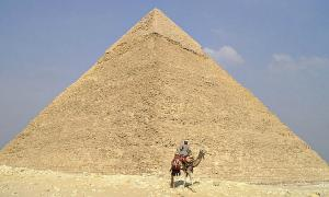 Portada - Panorámica de la pirámide de Kefrén. (Dominio público)
