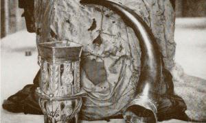 Portada - La Copa de Dunvegan, la Bandera de las Hadas y el Cuerno de Sir Rory Mor son las reliquias familiares del clan MacLeod de Dunvegan. La fotografía es anterior al año 1927. (Public Domain)