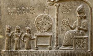 Portada - Imagen del relieve de la Tablilla de Shamash, sala 55 de la Biblioteca Británica. Descubierta en Sippar (actual Tell Abu Habbah), antigua Babilonia; data del siglo IX a. C. y muestra al dios solar Shamash en su trono recibiendo al rey babilonio Nabu-apla-iddina (888-855 a. C.), flanqueado por dos deidades intercesoras. El texto, en lengua babilónica, narra cómo el rey hizo una nueva estatua para dar culto al dios y otorgó privilegios a su templo. Fuente: Prioryman/CC BY SA 4.0