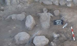 Portada - Restos humanos hallados en las excavaciones de Guézer: adulto tendido sobre su espalda con los brazos por encima de la cabeza, muerto con toda probabilidad a causa de la destrucción llevada a cabo en Guézer por parte del faraón egipcio Merneptah hace 3.200 años. (Fotografía: Instituto Tandy para la Arqueología)