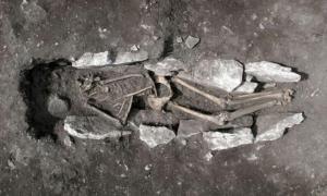 Portada - Los investigadores están analizando los restos óseos de un adolescente datados en 3.000 años de antigüedad y descubiertos recientemente en el monte Liceo, ubicado en el Peloponeso griego. (Fotografía: Ministerio de Cultura de Grecia)