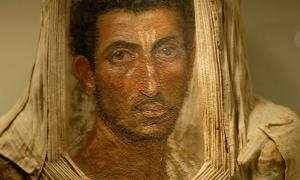 Portada-Retrato de momia de un hombre con barba, encáustica sobre madera. Museo Real de Escocia, excavado en Hawara, Egipto, en 1911. (Public Domain)