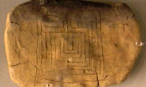 Portada-reverso de una tablilla de arcilla con un motivo laberíntico encontrada en Pylos.jpg