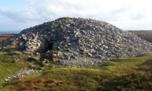 Portada - Cairn K – parte del complejo de tumbas de corredor de Carrowkeel, situado en el condado de Sligo del noroeste de Irlanda. Su antigüedad es de unos 5.000 años. Fotografía: Sam Moore