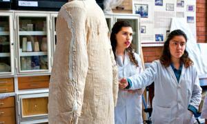 Portada-El chaquetón, con unas medidas de 145 centímetros de alto y 106,5 centímetros de ancho, fue restaurado entre agosto y diciembre del pasado año 2015, y hace unos días fue trasladado al MNH desde las instalaciones de la ENCRyM. (Fotografía: CRÓNICA.com.mx)