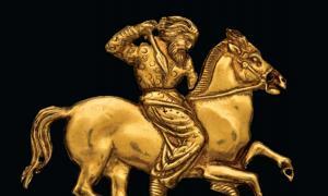 Portada - Placa de oro que representa a un jinete escita con una lanza en su mano derecha. Uno de las piezas expuestas actualmente en el Museo Británico. Fotografía: V Terebenin/© The State Hermitage Museum, St Petersburg