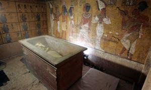 Portada-Tumba de Tutankamón. Sarcófago de piedra en cuyo interior yace la momia del 'faraón niño'. Fotografía: Nasser Nuri.
