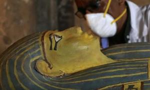 Portada - El sarcófago de una mujer egipcia es abierto en la conferencia de prensa del pasado sábado. Fuente: Captura de pantalla de Youtube