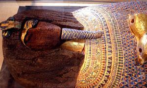 Portada - El ataúd real descubierto en la tumba KV55 había sido profanado. (Wikimedia / CC BY 2.0)