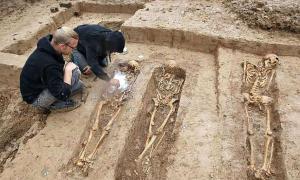 Arqueólogos trabajando en las tumbas de soldados napoléonicos descubiertas en la ciudad alemana de Frankfurt. (Fotografía: Abc)