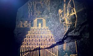 Portada - La tablilla cerámica descifrada recientemente por el Dr. George se encuentra finamente grabada con un relieve que nos muestra imágenes del rey y la torre, encontrándose además cincelada con un texto en el que se da testimonio de cómo se reclutaron constructores de todo el imperio para erigir el zigurat. (Captura de un vídeo de la Institución Smithsoniana)