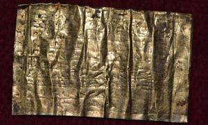 Portada - Tablilla de oro con maldiciones datada en el siglo IV d. C. Instituto de Arqueología de Belgrado.