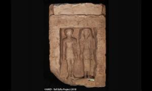 Portada - Estela egipcia de piedra caliza que muestra a un hombre y una mujer de pie el uno junto al otro. Sus rostros presentan señales de haber sido desfigurados. Crédito: Proyecto Tell Edfu