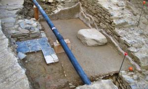 Portada - Fotografía de los restos del pavimento de la cella y del pedestal de una imagen de culto de la antigua Iulia Libica, la actual Llivia. (Fotografía: National Geographic/ UAB-ICAC)