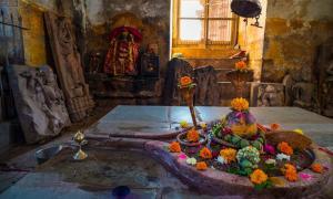 Portada - Interior de un templo dedicado al lingam y a Shiva. Fuente: fabio lamanna/Adobe Stock