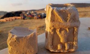 Portada - Los dos altares para incienso hallados en una de las estancias de la estructura recientemente descubierta en Israel (Fotografía: Michal Haber, Autoridad de Antigüedades de Israel)