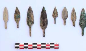 Portada - Se han descubierto alrededor de 3.000 puntas de flecha en el tesoro de armas de la Edad del Hierro hallado recientemente en Omán. (Imagen: Ministerio de Patrimonio y Cultura de Omán)