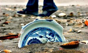 Fragmento de porcelana de la dinastía Ming localizado en la costa mexicana del Océano Pacífico, en el estado de Baja California. (Fotografía: Mauricio Marat/INAH).