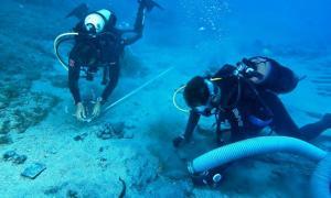 Portada - Arqueólogos submarinos exploran el pecio del Mentor, el barco de Lord Elgin que se hundió junto a las costas de Citera debido al exceso de peso de los mármoles del Partenón que transportaba. (Fotografía: John Fardoulis y Alexandros Tourtas)