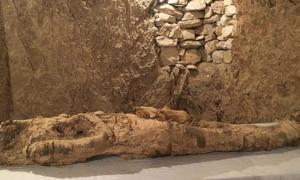 Portada - La momia recientemente descubierta en una tumba de Luxor. Crédito: Ahram Online