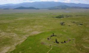 Portada - Vista aérea del túmulo funerario Tunnug 1 (Arzhan 0). Se puede observar claramente la figura de un círculo sobre el mismo plano. Fuente: Fundación Nacional Suiza para la Ciencia (FNSC)