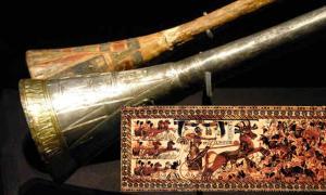 Portada - Trompeta de plata de Tutankamón con piezas de madera. (Meridianos) Cofre de Tutankamón decorado con escenas de guerra, fotografía de Asaf Braverman. (CC BY-NC-SA 2.0)