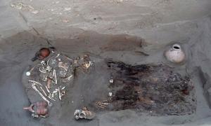 Portada - Uno de los enterramientos humanos descubiertos en el yacimiento de Chotuna-Chornancap de Lambayeqye (Perú) junto con su ajuar funerario. (Fotografía: Anoato)