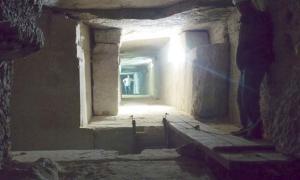 Portada - Cámara funeraria de la tumba de Sesostris III. El complejo incluye empinados pasadizos que unen las diferentes cámaras. (Fotografía: Josef Wegner y Penn Museum)