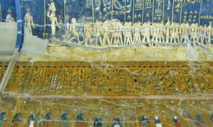 Portada - Fotografía de una de las paredes de la cámara del sarcófago de Seti I, donde se pueden observar jeroglíficos referentes a la Segunda Hora del Libro del Amduat, así como la bóveda celeste y sus constelaciones. (Jean-Pierre Dalbéra/CC BY-SA 2.0)