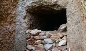 Portada - Detalle de fachada de la tumba de la época micénica y la mampostería de piedra en seco que sella la entrada. Fotografía: Ministerio de Cultura y Deportes de Grecia