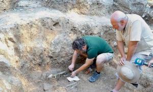 Portada - Los arqueólogos Lyuben Leshtakov (izquierda) y Nikolay Ovcharov (derecha) aparecen en esta fotografía mostrando a los periodistas la antigua tumba tracia recientemente descubierta en Bulgaria. Fotografía: 24 Chasa