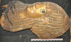 Portada - Ataúd dorado descubierto recientemente en una de las tumbas de Asuán. (Ministerio de Antigüedades de Egipto)