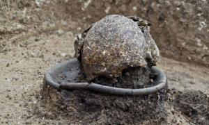 Portada - Cráneo de una mujer enterrado sobre un disco en el antiguo cementerio georgiano de Beshtasheni. (Dimitri Narimanishvili)