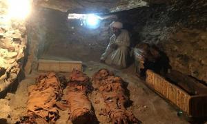 Portada - Momias de una mujer y dos niños halladas recientemente en una cámara funeraria de Draa Abul Naga, Luxor (Ministerio de Antigüedades egipcio)