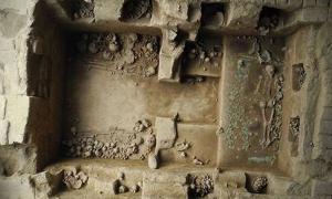 Portada - Los investigadores creen que esta tumba de la realeza, la octava descubierta en 25 años, perteneció a una sacerdotisa Moche enterrada hace unos 1.200 años. La gran cantidad de hallazgos presentes y la complejidad del enterramiento revelan el poder y la influencia que ostentaba esta mujer en vida. Fotografía: Luis Castillo