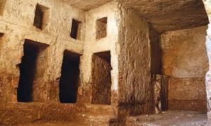 Portada - Algunas de las tumbas labradas en la roca halladas en el sudeste de Turquía y que posiblemente albergaran los restos de una familia real de Osroena. (Fotografía: Hurriyet)