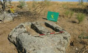 Portada - Dos de las tumbas visigodas descubiertas por miembros del SEPRONA de la Guardia Civil. (Fotografía: encastillalamancha.es/Guardia Civil-Ministerio de Interior)
