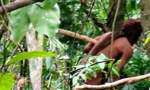 Portada - La Funai – (Fundação Nacional do Índio) brasileña ha captado esta imagen de un hombre indígena que se cree que lleva 22 años viviendo solo tras haber sido asesinados el resto de miembros de su tribu. Fuente: Funai- Fundação Nacional do Índio