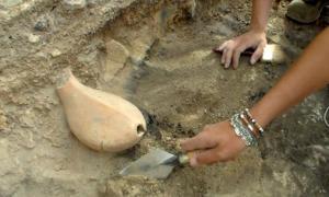 Portada - Descubrimiento de la vasija zoomorfa hallada en Georgia y en la que se han encontrado rastros de vino. Fotografía: Universidad Ca' Foscari