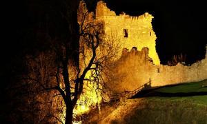 Fotografía nocturna de la Gran Torre, única torre que sigue en pie del Castillo de Urquhart. (Dorcas Sinclair/CC BY-SA 2.0)