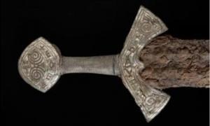 Mango de una espada vikinga recientemente revelada, Langeid, Noruega