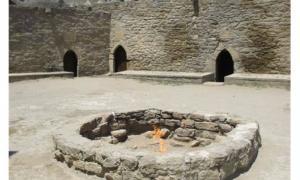 """El """"Templo del Fuego"""" zoroástrico de Ateshgah, cerca de Baku, Azerbaiyán. El templo fue construido sobre conductos naturales de gas que finalmente han dejado de contener combustible, así que ahora la llama se alimenta de manera artificial por medio de tuberías. Foto: Giuseppe Etiope"""